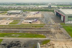 Thai Airways passagerarenivåer parkerar utanför hangaren royaltyfri fotografi