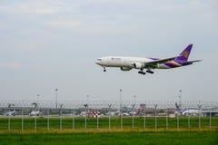 Thai Airways PlaneBoeing 777 d?barquant aux pistes ? l'a?roport international de Suvarnabhumi ? Bangkok, Tha?lande images stock