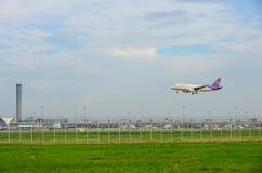 Thai Airways PlaneBoeing 777 som landar till landningsbanor på Suvarnabhumi den internationella flygplatsen i Bangkok, Thailand royaltyfri foto