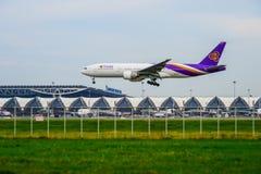Thai Airways PlaneBoeing 777 som landar till landningsbanor på Suvarnabhumi den internationella flygplatsen i Bangkok, Thailand royaltyfri bild
