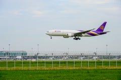 Thai Airways PlaneBoeing 777 som landar till landningsbanor på Suvarnabhumi den internationella flygplatsen i Bangkok, Thailand arkivfoton