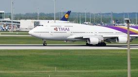 Thai Airways que lleva en taxi en el aeropuerto de Munich, MUC metrajes