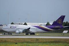 Thai Airways que lleva en taxi en el aeropuerto de Munich, MUC foto de archivo