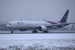 Thai Airways que lleva en taxi en el aeropuerto de Munich, MUC, nieve en pista fotos de archivo libres de regalías