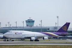 Thai Airways que lleva en taxi en el aeropuerto de Munich, MUC, vista delantera imagen de archivo libre de regalías