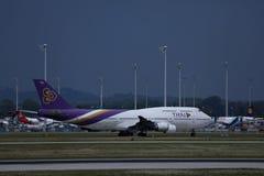 Thai Airways que lleva en taxi en el aeropuerto de Munich, MUC, vista lateral imagen de archivo libre de regalías