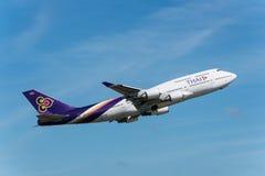 Thai Airways tar av på den Phuket flygplatsen Royaltyfria Foton