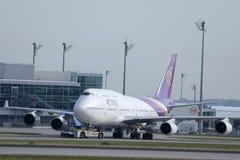 Thai Airways taxiing w Monachium lotnisku, MUC, frontowy widok zdjęcia royalty free