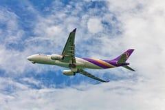 Thai Airways -vliegtuig in hemel Royalty-vrije Stock Afbeeldingen