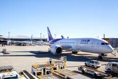 Thai Airways -Vliegtuig op Luchthaventarmac Royalty-vrije Stock Foto