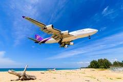 Thai- Airwaysflugzeug, Boeing 747-400, landend an Phuket-airpor Lizenzfreies Stockfoto