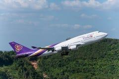 Thai- Airwaysflugzeug entfernen sich in Phuket Lizenzfreie Stockfotografie