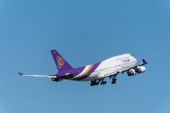 Thai- Airwaysflugzeug entfernen sich in Phuket Stockfotos