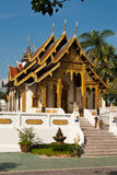 Thai buddhist tempel. A beautifull buddhist tempel in Thailand. Blue sky, palm trees in background Royalty Free Stock Photos