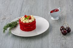 thai cake Röd kaka för sammet Kakor dekorerade med den röda kakan på den trätabellen och blomman jordgubbar som moring Körsbär i  arkivbilder
