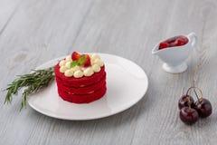 thai cake Röd kaka för sammet Kakor som dekoreras med den röda kakan på w royaltyfri bild
