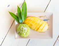 Thai  dessert, sticky rice mixed coconut milk with mango Royalty Free Stock Photography
