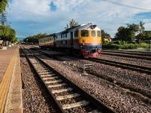 Thai drev för gammal vintafe på järnvägen Royaltyfria Foton