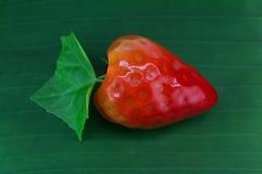 Thai efterrätt för Stawberry lookchoob på bananbladet Royaltyfri Bild