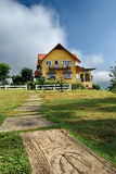 thai by för bergsemesterort Arkivfoton
