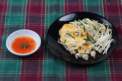 """Thai food,Fried egg and oyster with bean sprouts and shallot as Hoi Tod Khai in Thai served with chili sauce. Fried oyster with bean sprouts and shallot as """"Hoi Royalty Free Stock Image"""
