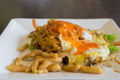 Thai food, Fried noodles with chicken and egg Royalty Free Stock Photos