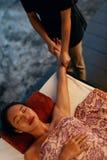 thai huvuddelmassage Härlig kvinna som får handmassage på Spa royaltyfri fotografi