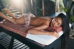 thai huvuddelmassage Kvinnan som får ben, masserar terapi på Spa arkivfoton