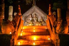 Thai konst för Buddha med den olje- lampan i tempel på natten Royaltyfri Bild