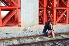 Thai kvinna för stående på det järnväg drevet bangkok Thailand Arkivbild