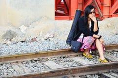 Thai kvinna för stående på det järnväg drevet bangkok Thailand Arkivbilder
