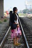 Thai kvinna för stående på det järnväg drevet bangkok Thailand Arkivfoto