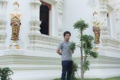thai man på den thai templet Arkivbild