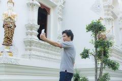 thai man Selfie på den thai templet Arkivbild