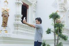 thai man Selfie på den thai templet Royaltyfri Foto