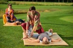 Thai massage för knä arkivfoton