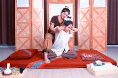 thai massage Kvinnalönuppmärksamhet till avkoppling och hälsa arkivfoto