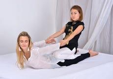 thai massage Massageterapeut som arbetar med kvinnan Royaltyfria Bilder