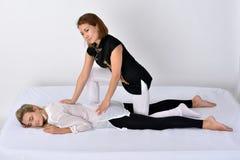 thai massage Massageterapeut som arbetar med kvinnan Royaltyfri Foto