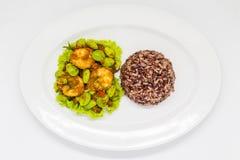 thai mat på den vita plattan arkivbild