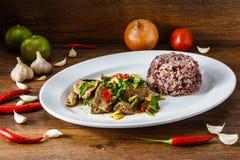 thai mat på den vita plattan arkivfoto