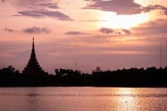Thai namn för konturtempel & x22; Wat Nong Wang & x22; lokaliseras i Khonkaen, Thailand härlig himmel medan solnedgången Royaltyfri Fotografi