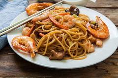 Oriental noodles with prawns Royalty Free Stock Images