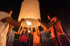 Launching sky lanterns Royalty Free Stock Photography