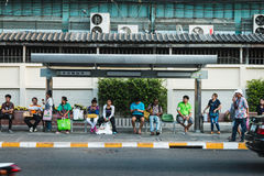 Thai people wait bus at bus stop in Bangkok Stock Photography