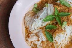Thai risvermiceller för ånga med röd curry och vetgetable royaltyfri bild