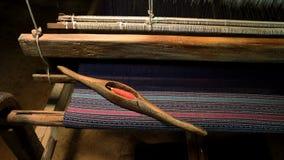 thai silk Väva garn på en vävstol Arkivbild