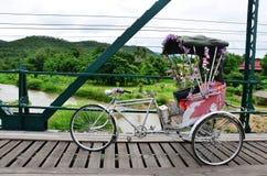 Thai stil för trehjuling på bron över Pai River på Pai på Mae Hong Son Thailand Arkivbild