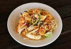 Thai style fried rice noodles. And shrimps with egg, nuts and lime Royalty Free Stock Photos