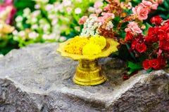 Thai stylowa złota taca z piedestałem w backround Beaut Fotografia Stock